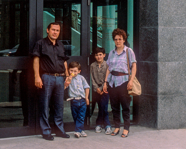 Franco Paletta in compagnia dei familiari. Ingresso Bronx Museum of the Arts, 1989